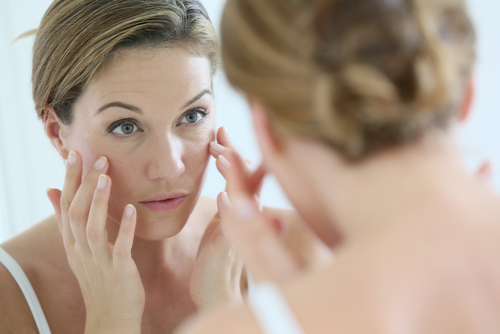 Middle-aged woman applying anti-aging cream-img-blog
